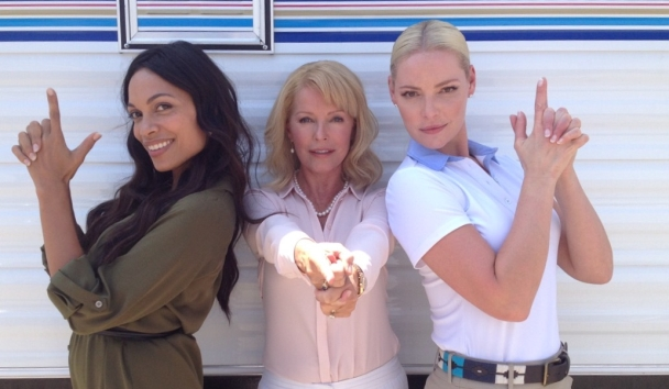 Rosario Dawson, Cheryl Ladd &amp Katherine Heigl Strike An Iconic Pose On The Set Of Unforgettable